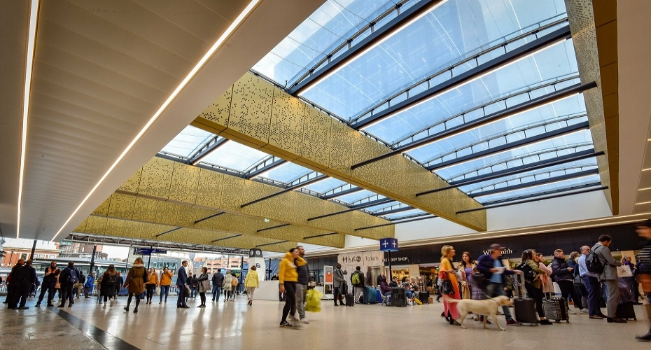 Pioneering lighting system at Leeds Station helps to cheer up passengers on Blue Monday!